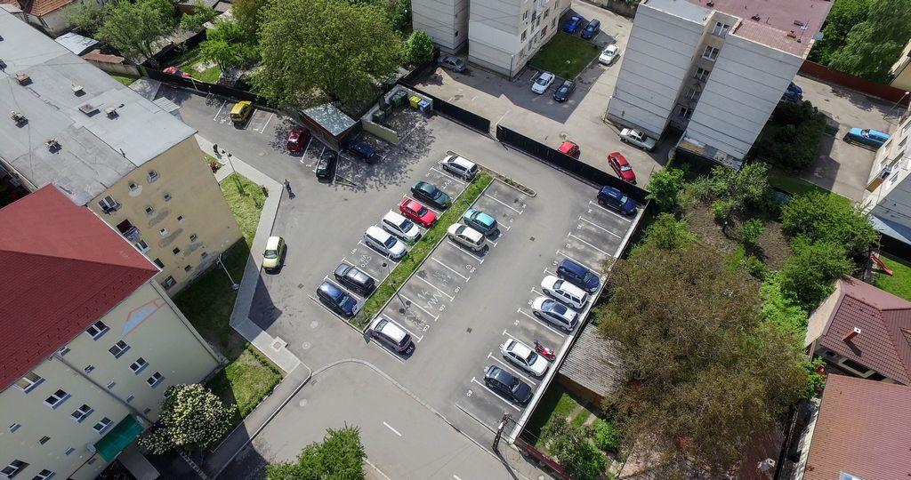 Újraszervezik a tömbházak közötti parkolást