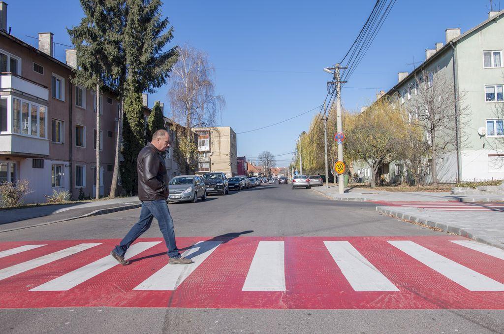 Napelemes jelzőtáblák a megújult utcákban