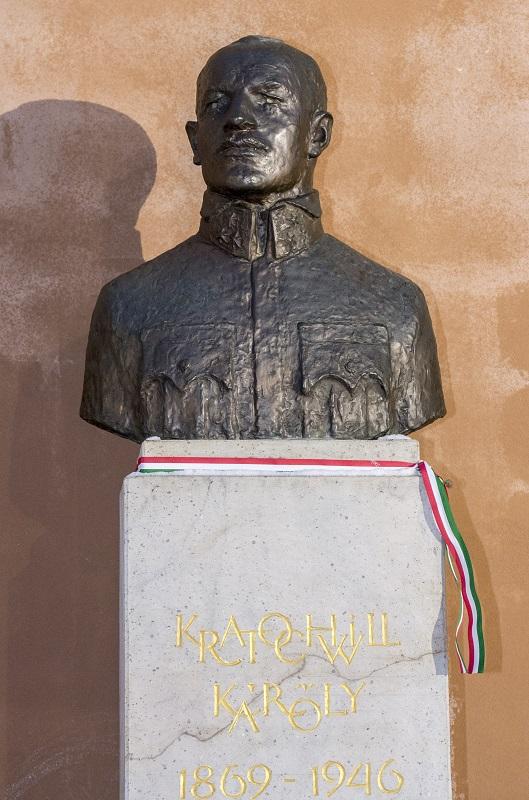 Elköltöztetik Kratochvil Károly szobrát