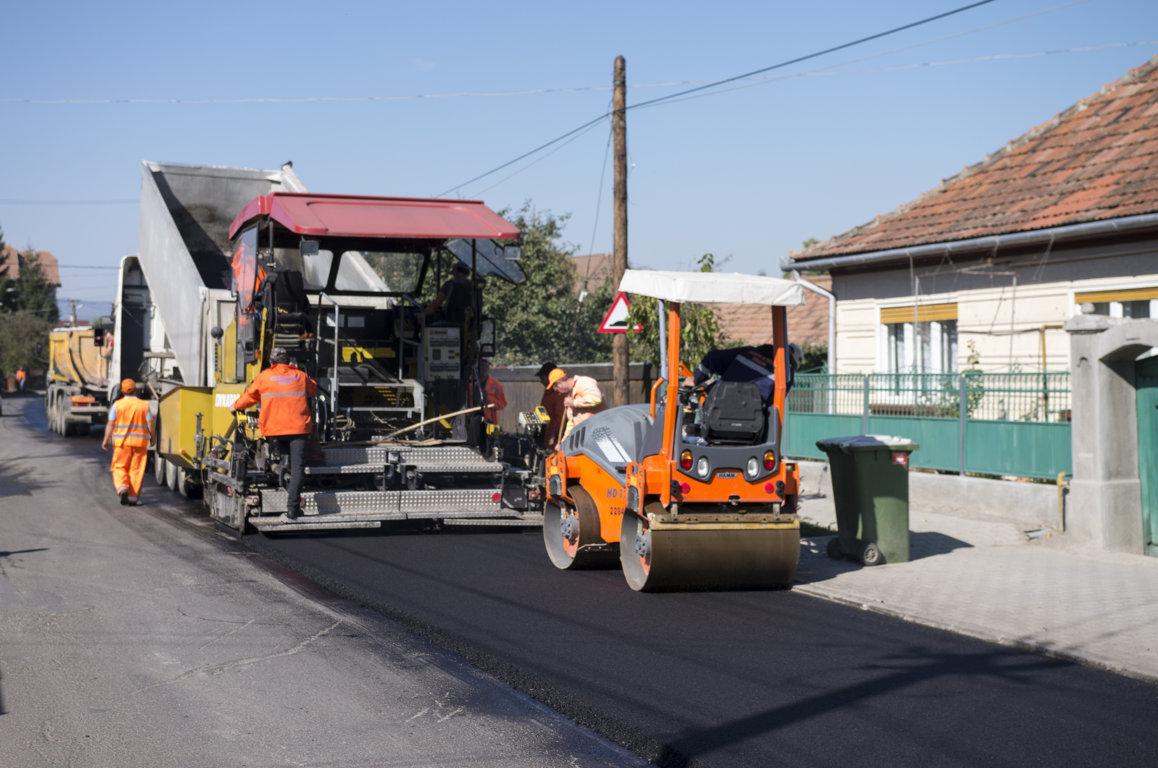 Un nou strat de asfalt pe strada Turiei