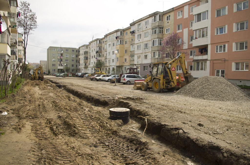 Se construiește trotuar și parcare